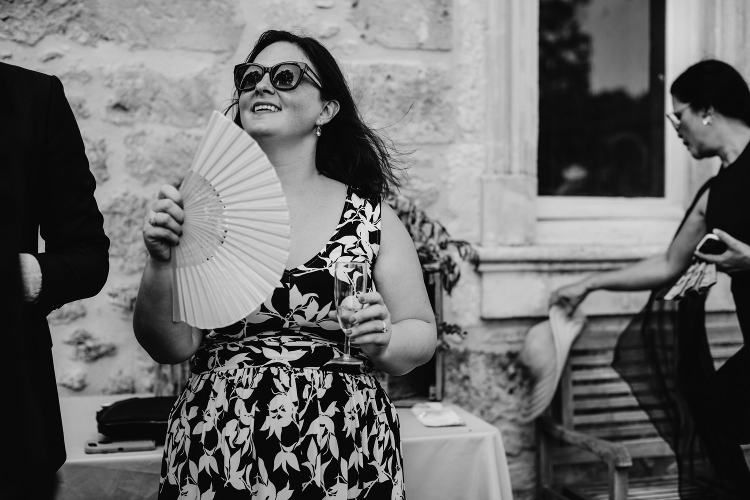 guest keeps cool at hot wedding